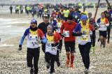 Părinţi şi copii aleargă pentru copiii bolnavi de cancer, la Maratonul Nisipului 2019