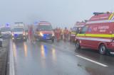 Ceața densă face victime: 22 persoane afectate dintre care două încarcerate, prinse sub un microbuz răsturnat (au decedat)
