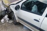 Un bătrân de 70 de ani din Sălcioara a intrat cu maşina într-o casă din Jurilovca