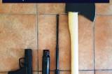 11 kilograme de cannabis, un pistol de tip airsoft, un topor, un baston telescopic, un spray iritant – lacrimogen, bani descoperite de BCCO Constanța după două percheziții domiciliare