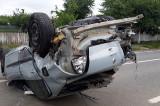 Un tânăr de 23 de ani s-a accidentat după ce-a pierdut controlul masinii și a lovit un alt autoturism care staționa
