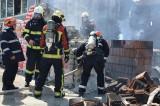 ISU Dobrogea: Incendiu puternic la Constanța. Un pompier a fost rănit și s-a declanșat RO-ALERT din cauza fumului și a toxicității