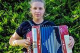 """""""Crescut pe Muzică"""" și Atelierele Zoom: O tânără din Sarichioi județul Tulcea vrea să se facă medic și cântă la harmoșcă"""