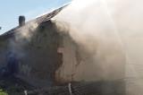 Arde o casă în Mihail Kogălniceanu. Două persoane au ajuns la spital
