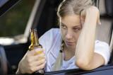 Tot mai multe femei beau sau se droghează și urcă la volan. Azi noapte, o femeie aflată în pragul comei alcoolice a intrat cu mașina în ce a nimerit în zona Hanului cu pești