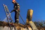 Arde o casă în Isaccea. Pompierii acționează cu 2 autospeciale de stingere cu apă și spumă și 1 SMURD.