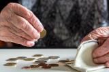Pensionarii anunță acțiune în instanță și proteste în stradă pentru că pensiile nu mai ajung nici până la pragul minim al sărăciei în condițiile noilor prețuri