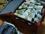 Au ridicat bani cu valiza și cu sacul de la un traficant de droguri de mare risc