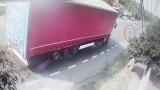 Ca-n filme! Conducătorul unui autotren a salvat la limită o bătrână de 90 de ani care travesa prin loc nepermis (video)