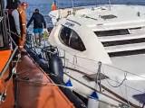 Un catamaran cu patru persoane la bord care venea din Grecia a fost împins de furtună în stabilopozii de la Agigea și a început să ia apă